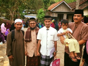 Foto bersama Bp Camat Purwosari yang sedang mengendong anaknya (paling kanan), dan salah satu jamaah pengajian (Bp Suhari) paling kiri.