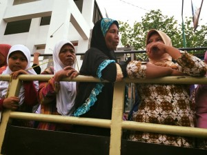 Ibu-ibu saat pulang naik truck mini.