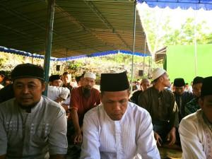 Baju putih adalah Bp Sutarpan, Kepala Desa Terpilih Desa Girisekar, Panggang.