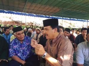 Bp Sukis, Camat Purwosari sedang berdiskusi dengan Bp Muhammad Nurdin, Kepala KUA Purwosari.
